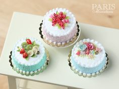 Pastel Cake Pink Decorated with Red Fruit por ParisMiniatures