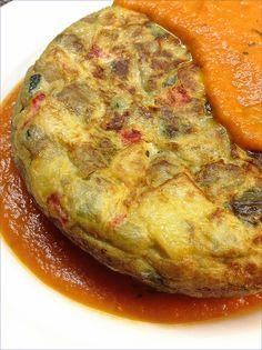 TORTILLA de pisto con salsa de tomate