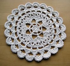 Pretty Passion Flower Doily - free pattern in dk weight yarn ༺✿ƬⱤღ  http://www.pinterest.com/teretegui/✿༻