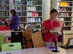 En la sala de la Biblioteca María Zambrano, preparando los fondos para el préstamo.
