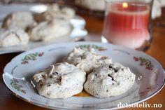 """""""Vepsebol"""" er HELT FANTASTISK GODE og alltid SUPERPOPULÆRE småkaker! Kakene består av marengs som er tilsatt hakket sjokolade, mandler og eventuelt kokos. """"Vepsebol"""" er manges favorittkaker til jul, men kakene passer definitivt like godt resten av året! Oppskriften gir ca 80 stk."""