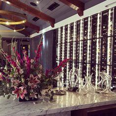 Arranjo floral maravilhoso compondo com a coleção de Decanters de cristal #olioliteam #decor #arranjosflorais #crystal #dicaderestaurante