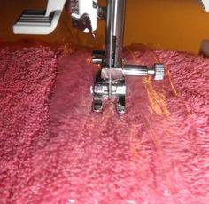 Para costurar tecidos felpudos como o veludo, plush, microfibra e outros, a melhor dica é colocar sacola plástica sobre o tecido e iniciar a costura na máquina. Você vai ver como a agulha irá deslizar e o processo será muito mais rápido. Clique para ver mais instruções sobre esta dica.