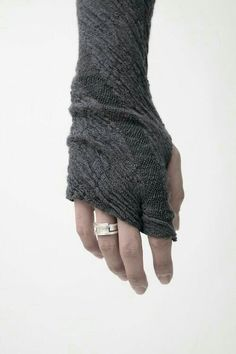 fingerless gloves--love the slanted tips, could easily be knitted Look Fashion, Womens Fashion, Trendy Fashion, Girl Fashion, Fashion Design, Fingerless Mitts, Wrist Warmers, Mode Inspiration, Wool Blend