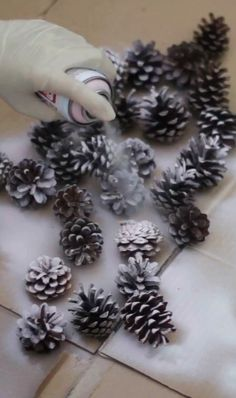 Autumnal fir cone wreath - new site Pine Cone Art, Pine Cone Crafts, Wreath Crafts, Diy Wreath, Pine Cones, Wreath Fall, Pine Cone Decorations, Christmas Decorations, Christmas Ornaments