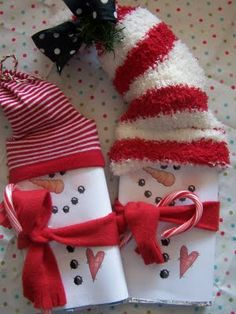 DIY ~ Snowman Candy Bars. I love this idea for making them (with Stretch Island All Natural Fruit Leather, instead of chocolate) for Isaac's preschool class for Xmas gifts this year!! How adorable!