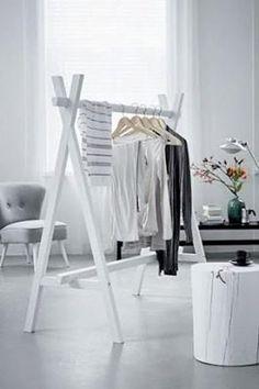 Réalisez un portant en bois très chic pour la déco de la chambre en utilisant simplement des tasseaux. Une idée facile à faire pour aménager un espace déco afin de ranger ses vêtements