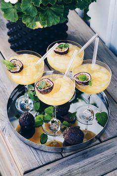 Passionfruktsslush, sommarens godaste drink! - Jennys Rum & Spis Beste Cocktails, Fruity Cocktails, Cocktail Drinks, Fruit Slush, Yummy Drinks, Yummy Food, Vegetable Drinks, Clean Eating Snacks, Love Food