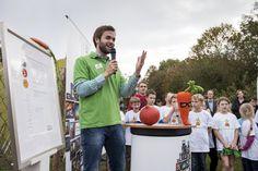 """Dr. Christoph Schmitz, Initiator der GemüseAckerdemie, begrüßt zur Preisverleihung """"Ausgezeichneter Ort im Land der Ideen 2014/15"""" Bild: Bernd Brundert"""