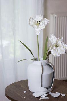 Mianne Devries - Curious Vase Le vase est fabriqué entre 2 à 4 couche, le seul moyen pour savoir est de détruire le vase, une à plusieurs fois... L'usager doit lutter pour ne pas altérer et garder intact le vase... question de chance?