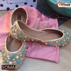 Buy online Khussa shoes and Fancy shoes from Pakistan. Indian Pakistani shoes and clothing accessories. Pretty Shoes, Beautiful Shoes, Cute Shoes, Me Too Shoes, Bollywood, Top 10 Shoes, Latest Summer Fashion, Winter Fashion, Indian Shoes