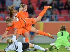 #Leonie #Maier (unten,l) kommt beim Zweikampf mit der Niederländerin #Lieke #Martens zu Fall, währen Torfrau Nadine Angerer (r) sich den Ball greift. (Foto: Carmen Jaspersen/dpa)