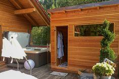 Die Sauna Crystal 15 der Marke VidroFinn ist eine finnische Außensauna für 5 bis 6 Personen. Die Außensauna ist in heimischer Fichte oder ast- und harzfreiem Zedernholz erhältlich. Optional können Sie diese Sauna mit Infrarotstrahlern ausstatten lassen, um die optimale Kombi aus Infrarot und Sauna zu erhalten. Infrarot Sauna, Outdoor Decor, Home Decor, Infrared Heater, Cedar Wood, Homemade Home Decor, Interior Design, Home Interiors, Decoration Home
