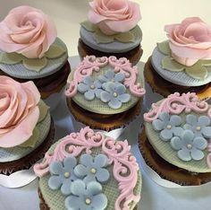 Cupcakes! Para o @atelierdefestas ! #cupcakes #sugarroses #cakes #cake #festainfantil #festadecrianca #garimpandomimos #piradaemfestas #festajardim #festaviva #casaecomida #festejar #festejarcomamor #ideiasdefesta #floresdeacucar #cupcakes