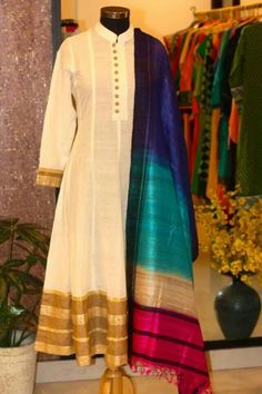 Look at the Dupatta Indian Attire, Indian Ethnic Wear, Pakistani Outfits, Indian Outfits, Ethnic Fashion, Asian Fashion, Women's Fashion, Saris, Moda Indiana