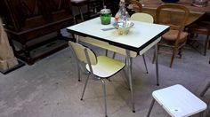 10100.1 TABLE FORMICA JAUNE + 2 CHAISES A 45€