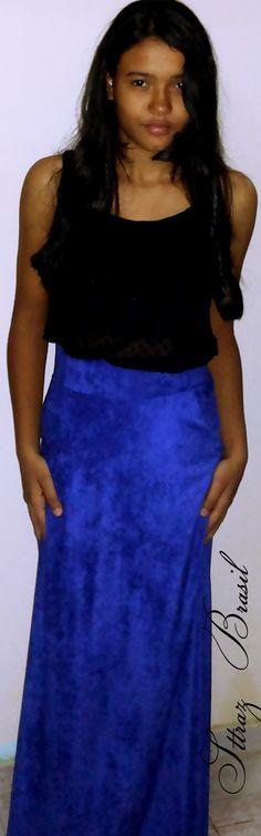 Asheley Emmeth com saia longa azul, cós alto com blusa de franja.