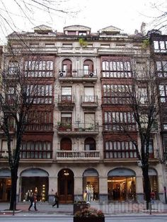 Edificio Gran Vía Bilbao Amazing Buildings, Basque Country, Architecture Details, Townhouse, Images, Mansions, House Styles, City, Travel