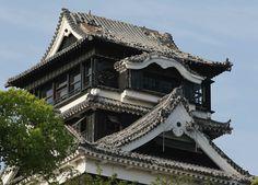 地震で崩れた熊本城天守閣の瓦(熊本市内)