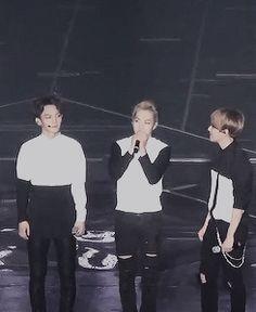 ''baekhyun's way of getting xiumin to hold hands with him'' (https://www.youtube.com/watch?v=-bEHb6Z1VPM) exo baekhyun xiumin xiubaek gif
