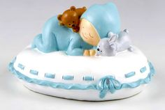 Figuras tarta bautizo. Figura hucha para pastel bebé Pit sobre almohada. Medidas: 16 x 10 x 14 cm