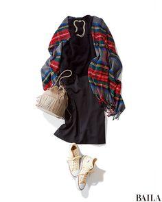 女らしいブラックモヘアニット×ブラックスカートのコーデ。黒が占める割合が高めのスタイルを、休日らしくチェックストールとスニーカーでカジュアルダウン。チェックストールは、赤が入ったものを選ぶと、華やかさがぐっと上昇。アクセをつけるなら、スニーカーとリンクした白いパールネックレスで、・・・