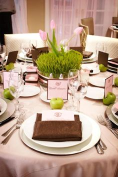 Edel gedeckter Tisch mit Namensschildern, grüner Apfel an jedem Platz