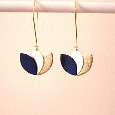 Boucles d'oreilles cuir bleu roi, blanc et or, fleur de cuir sur monture dorée style dormeuse