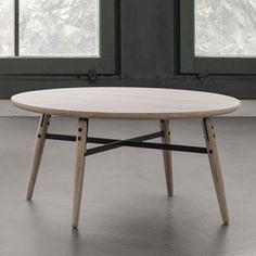 Table basse en chêne massif naturel Arne, avec plateau biseauté, pied fuselé et touche de métal avec des renforts au niveau des pieds. Une table basse asbolument design et élégante !