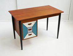 Duńskie biurko tekowe vintage o ażurowej konstrukcji z pojemnymi szufladami. Mebel jest po konserwacji. Nadaje…