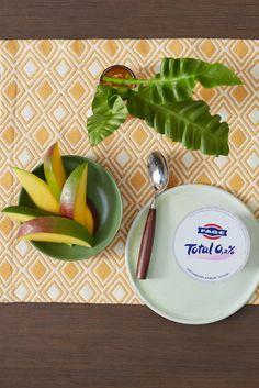 Sommer ist die Zeit des Tangos mit Mangos. Nimm dir einen Löffel FAGE-Total 0,2% mit Mango und tanze los!