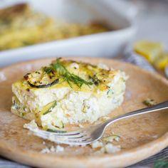 Zucchini und frische Kräuter verbinden sich mit Ei und Feta zu einem fluffigen Auflauf, den du auch ruhig zum Frühstück verputzen kannst.