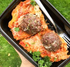 Raise your hand if you love spaghetti meatballs and cheese in a healthy low carb version!!This One Skillet Spaghetti Squash & Meatball Meal Prep recipe is healthy comfort food at it's finest! _ Ingredients:  1 large @melissasproduce spaghetti squash baked (I had 1.5 lbs after cooking) 1/2 cup @muscleegg egg whites 1 cup pasta sauce 1 recipe 20 minute meatballs  uncooked 1 cup shredded mozzarella cheese  Method: Grab the instructions using the link in our bio --> @mealpreponfleek _ Recipe…