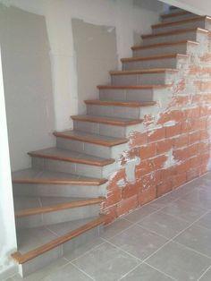 L'escalier béton carrelé est un escalier fini avec nez de marche en bois. Il s'adapte complètement à votre maison, en intérieur. Tiled Staircase, Painted Staircases, Tile Stairs, Concrete Stairs, Stair Railing, Staircase Design, Interior Stairs, Interior Design Living Room, Stair Renovation
