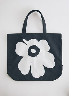 Reusable tote from Marimekko. Two fixed shoulder straps. Large contrasting flower printed at face. Made in Estonia Marimekko, Flower Prints, Cotton Canvas, Home Accessories, Reusable Tote Bags, Black And White, Stuff To Buy, Shoulder Straps, Women
