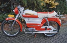 Moped Motorcycle, Awsome Pictures, Vespa Scooters, Old Bikes, Vintage Bikes, Mopeds, Cars And Motorcycles, Motorbikes, Harley Davidson