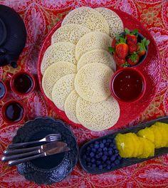 """Baghrir är luftiga marockanska pannkakor gjorda på mannagryn. Veganska pannkakor som är helt fria från ägg och mejeriprodukter. De har en väldigt porös och luftig konsistens men är samtidigt matiga av mannagrynen. Baghrir beskrivs """"pannkakan med tusen hål"""" och de påminner lite om libanesiska atayef . Traditionellt serveras baghrir med smält smör och honung, men man kan ha på precis det man gillar att toppa sina pannkakor med. Jag serverar dem gärna med lönnsirap och frukt. Ca 15 st pannkakor… Pancakes And Waffles, Grill Pan, Bread Baking, Scones, Grapefruit, Nutella, Breakfast Recipes, Sandwiches, Sweets"""