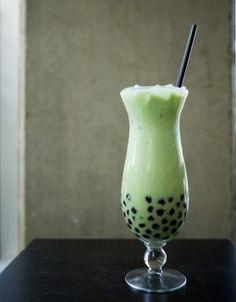 Bubble tea matcha Tea Benefits, Matcha Green Tea, Fruit Juice, Hurricane Glass, Milkshake, Yummy Drinks, My Favorite Food, Food Dishes, A Table