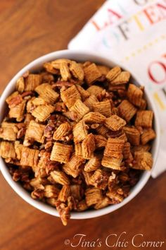 Guys, meet praline pecan crunch snack mix, otherwise known as party crack. One of my sisters went to a party recently and she was served this snack mix. Snack Mix Recipes, Yummy Snacks, Dog Food Recipes, Yummy Food, Snack Mixes, Candy Recipes, Crispix Snack Mix Recipe, Healthy Snacks, Diy Snacks