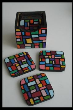 Portavasos MUKUNDA. Mosaic Crafts, Mosaic Art, Cool Art Projects, Easy Projects, Painted Wooden Boxes, Tea Coaster, Starburst Mirror, Arte Country, Cork Coasters