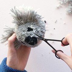 Pom Pom Crafts, Yarn Crafts, Craft Stick Crafts, Diy And Crafts, Preschool Crafts, Koala Craft, Pom Pom Animals, Pom Pom Maker, How To Make A Pom Pom