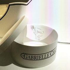Pin for Later: Werft einen Blick hinter die Kulissen der neuen Chanel Ausstellung in London Coco Chanel Hologramme stiegen aus Hut-Schachteln