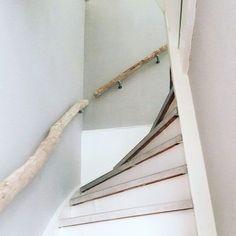 Trapleuning van licht natuurhout. #trap #trapleuningen #hout #natuur #interieur…