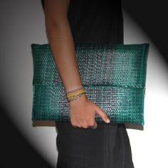Pochette tissée en raphia vert version XL. :…