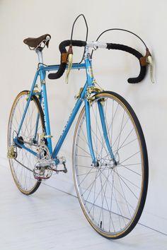 Mercier service des courses Mafac Gold, Simplex Gold, Stronglight Competition, Selle Idéale. Vintage Bike Mercier, Service, Courses, Bicycle, Colours, Nice, Gold, Vintage, Frames