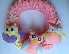 Decoração de Porta de Maternidade ou quarto, guirlanda corujas, decorado com três corujas, flores e borboletinhas.  Confeccionado em tecido 100% algodão e em feltro. Altura: 35.00 cm Largura: 5.00 cm Comprimento: 35.00 cm Preço: R$ 100,00