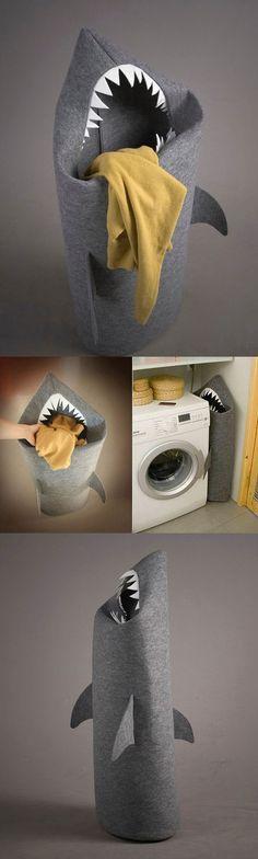"""Shark at laundry  O rei dos mares ganhou uma versão pra lá de divertida e que leva um toque de humor a um lugar bem sem graça em qualquer casa: a lavanderia (ou o banheiro). O """"Shark"""" é um cesto para roupas sujas que pode-se dizer, está fantasiado de tubarão. Feito em feltro, com direito a dentinhos afiados e nadadeiras, ele mede 45 x 120 cm. O bichão é tão legal que pode muito bem ser usado para guardar brinquedos e tralhas em geral, para alegria da criançada."""
