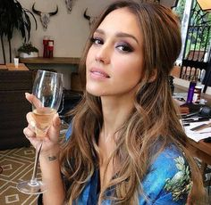 Jessica Alba … I love her hair color here. Jessica Alba Haar, Jessica Alba Style, Jessica Alba Makeup, Jessica Alba Pictures, Meagan Good, Corte Y Color, Celebrity Hairstyles, Hair Dos, New Hair