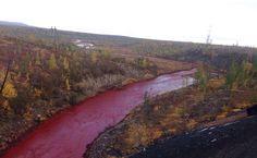 Έρευνες για τον ποταμό που έγινε κόκκινος