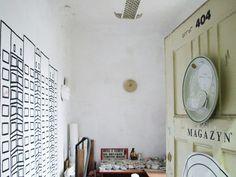 Tworząc biżuterię z talerzy, Magdalena Ziółkowska wykorzystuje fragmenty starej porcelany. Fragmenty talerzy lub kubków dobierane są pod kątem wzoru, a potem szlifowane w różne kształty. Zabytkowy&nbs...
